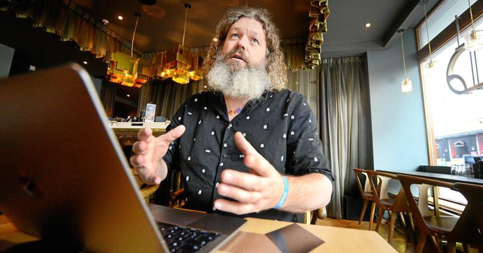Torgeir Waterhouse, direktør for internett og nye medium i IKT Norge er viss på at breiband blir diskutert under regjeringsforhandlingane. Men han er usikker på om ambisjonane er på det nivået han mener dei bør liggje. Foto: Siri Juell Rasmussen