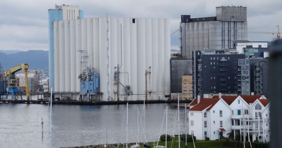 Stavanger havnesilo har de senere årene vært en viktig brikke i håndteringen av norske kornråvarer, men ligger utenfor de sentrale kornområdene. (Foto: Sjur Håland)