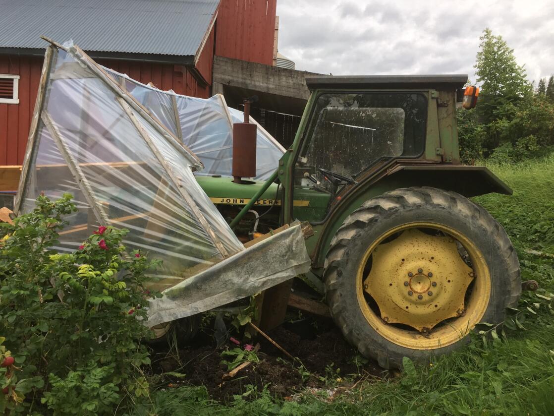 Full kræsj: Den gamle JD-en tok en tur på egen hånd. Det virker som om den ikke liker drivhus noe særlig ...  Foto: Petter Harald Kimo
