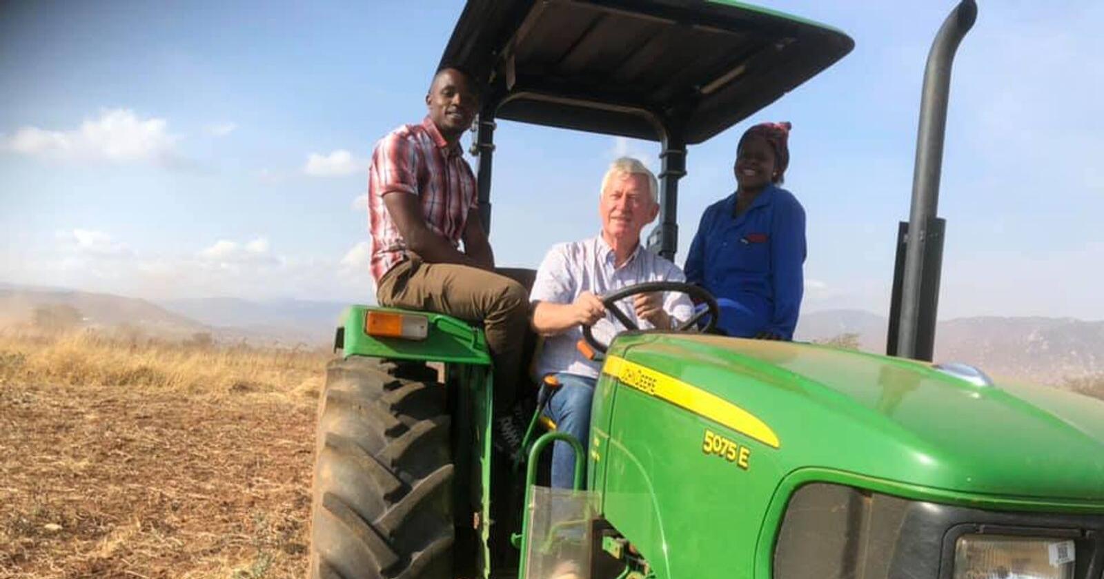 Her er Ueland i Tanzania saman med Dickson som er opplæringsleiar på farmen, og Grace som er farm manager. Foto: Privat