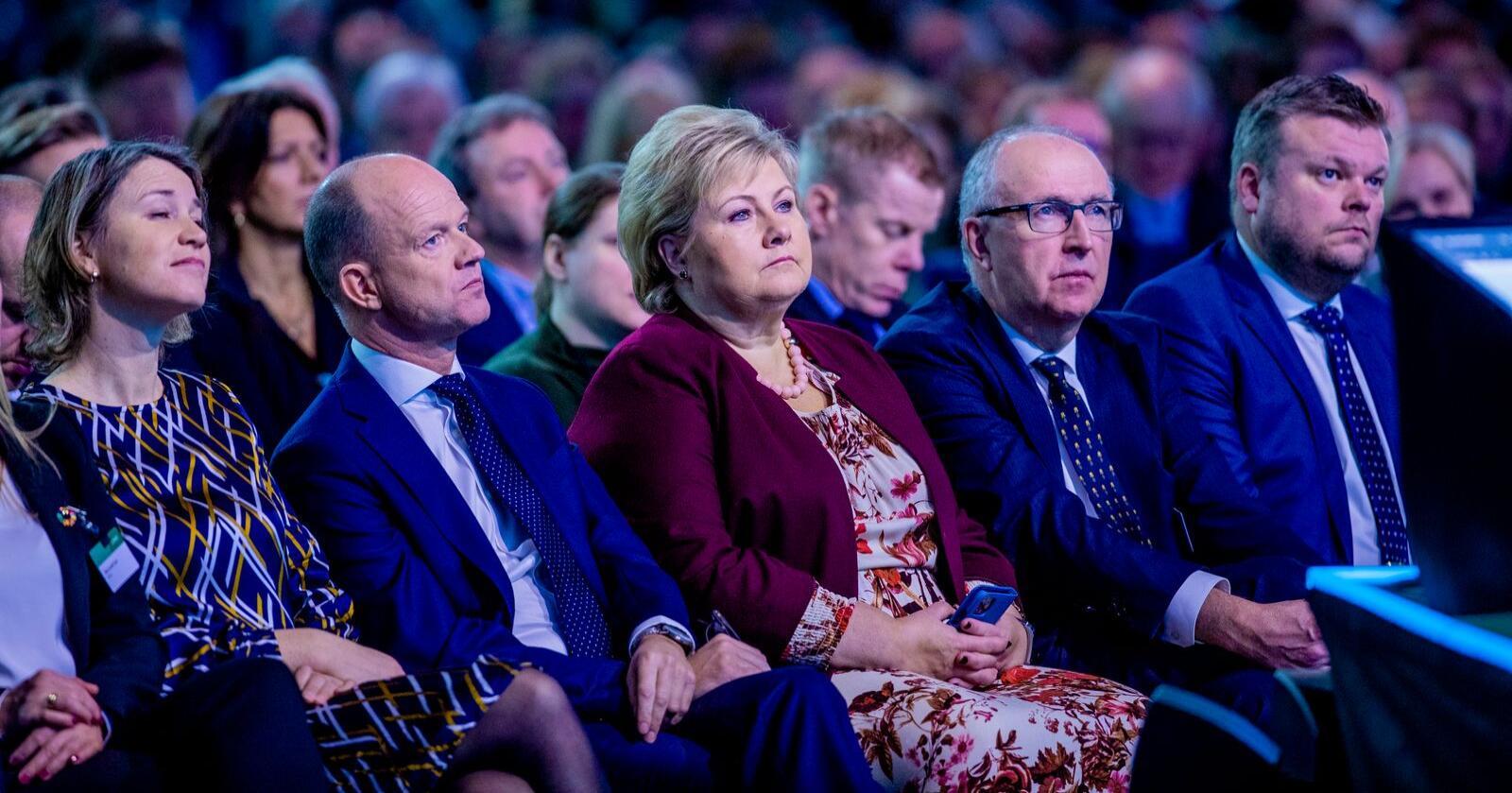 NHO-direktør Ole Erik Almlid, statsminister Erna Solberg og NHO-president Arvid Moss på NHOs årskonferanse i Oslo Spektrum. Foto: Stian Lysberg Solum / NTB scanpix