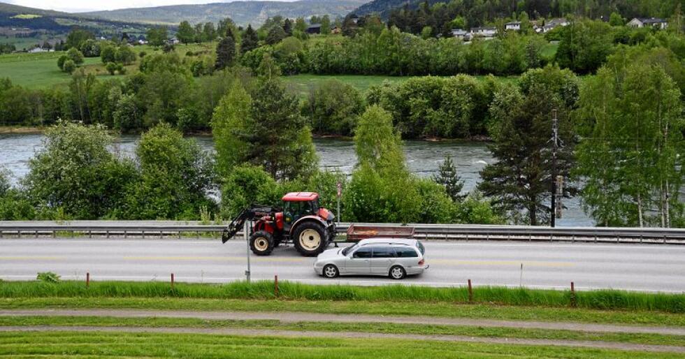 I Tyskland er det ikke lov å kjøre kjøretøy som ikke kan gå raskere enn 60 kilometer i timen på motorveien. Her fra litt roligere forhold i Norge. Illustrasjonsfoto: Siri Juell Rasmussen