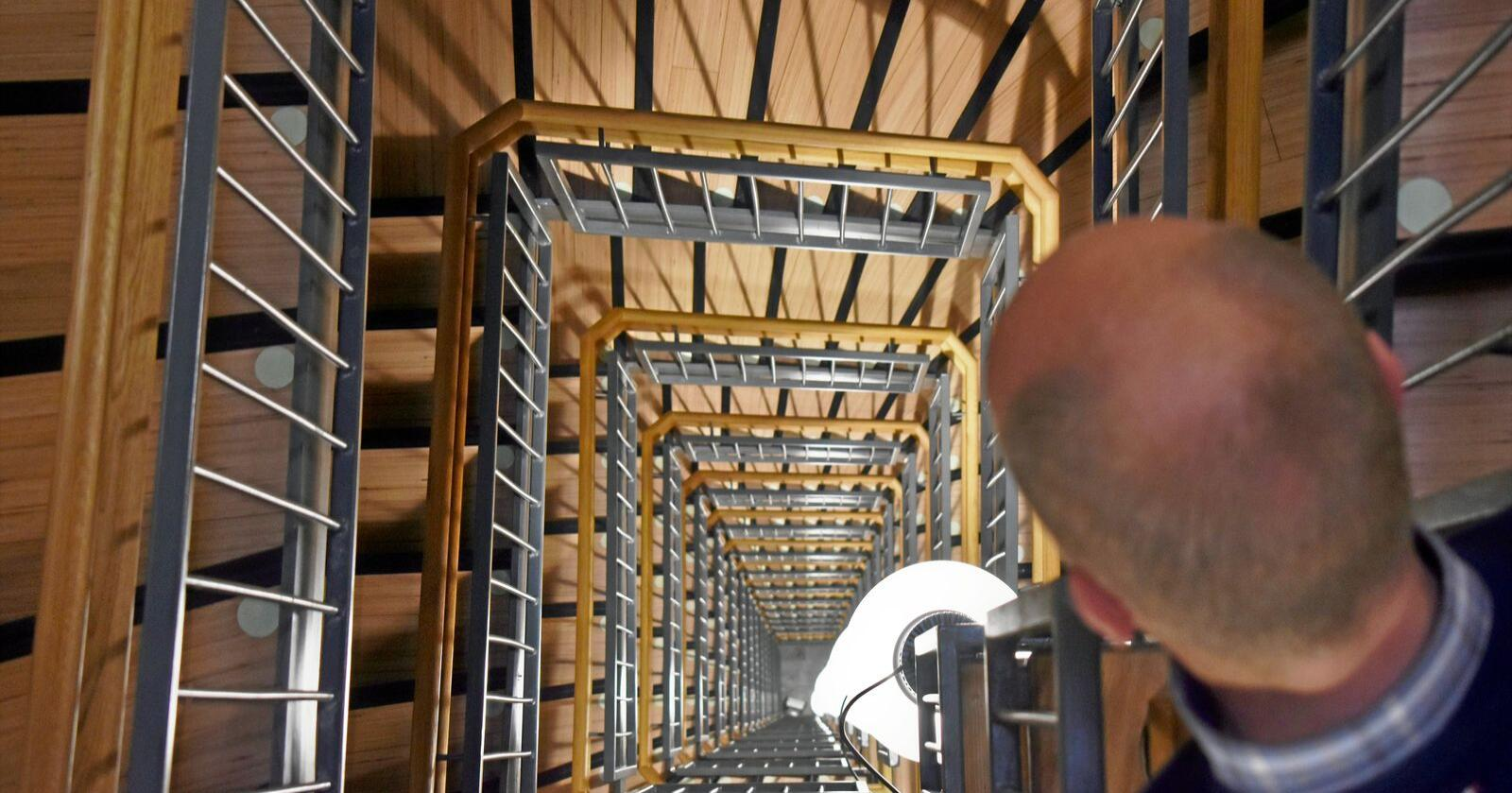 Verdens høyeste: Sp-leder Trygve Slagsvold Vedum i trappegangen i Mjøstårnet i Brumunddal. Foto: Henrik Heldahl.