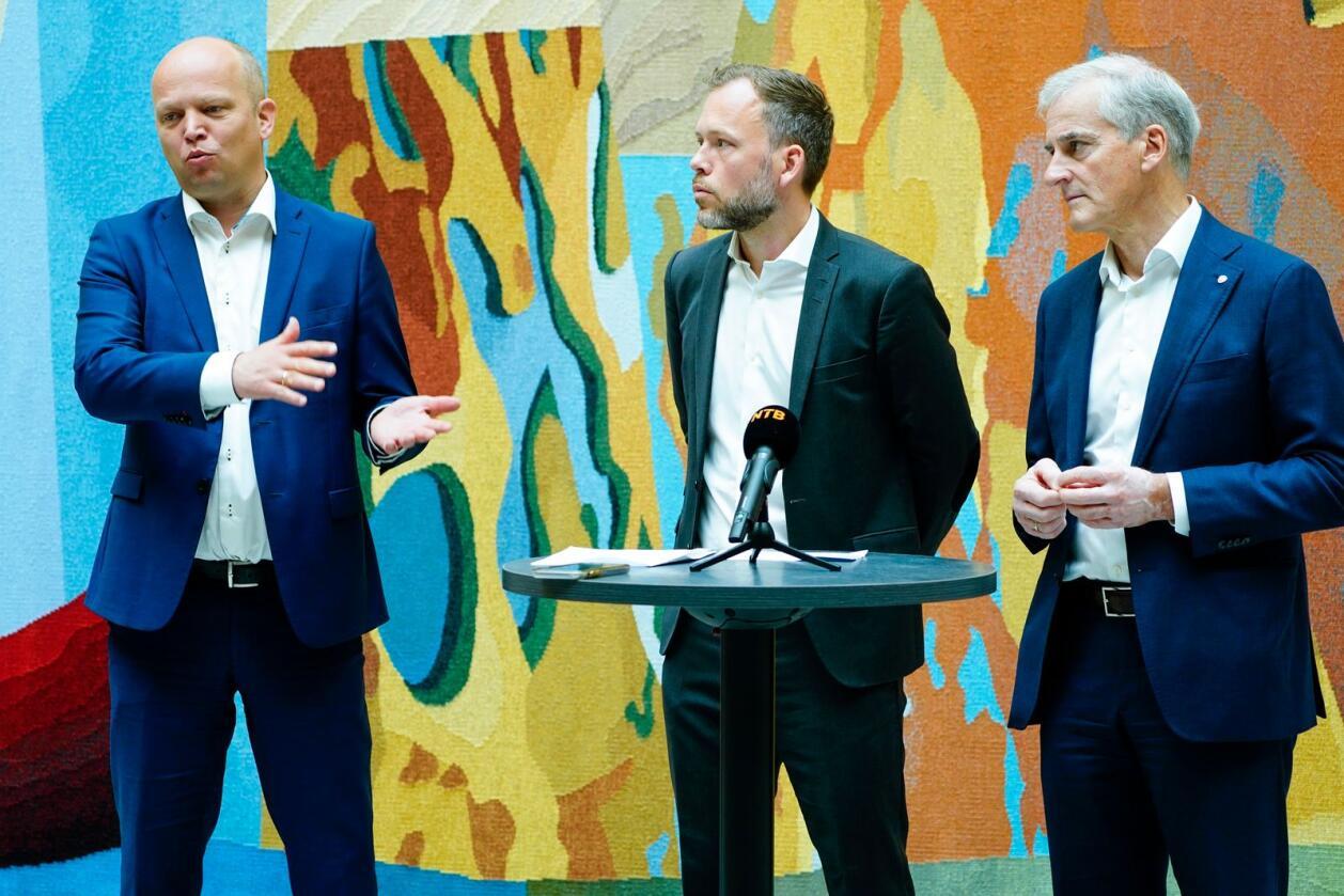 Sp-leder Trygve Slagsvold Vedum, SV-leder Audun Lysbakken og Ap-leder Jonas Gahr Støre t.h. i Stortinget. Foto: Terje Pedersen / NTB