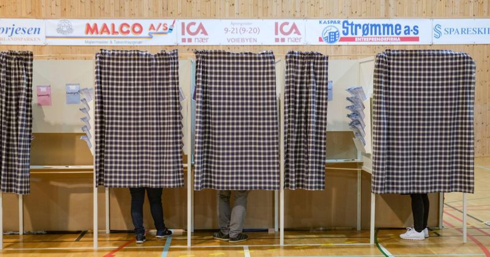 Flere av partiene gjør historisk gode eller dårlige valg. Bildet er tatt fra stemmegivingen i Kristiansand. Foto: Tor Erik Schrøder / NTB scanpix