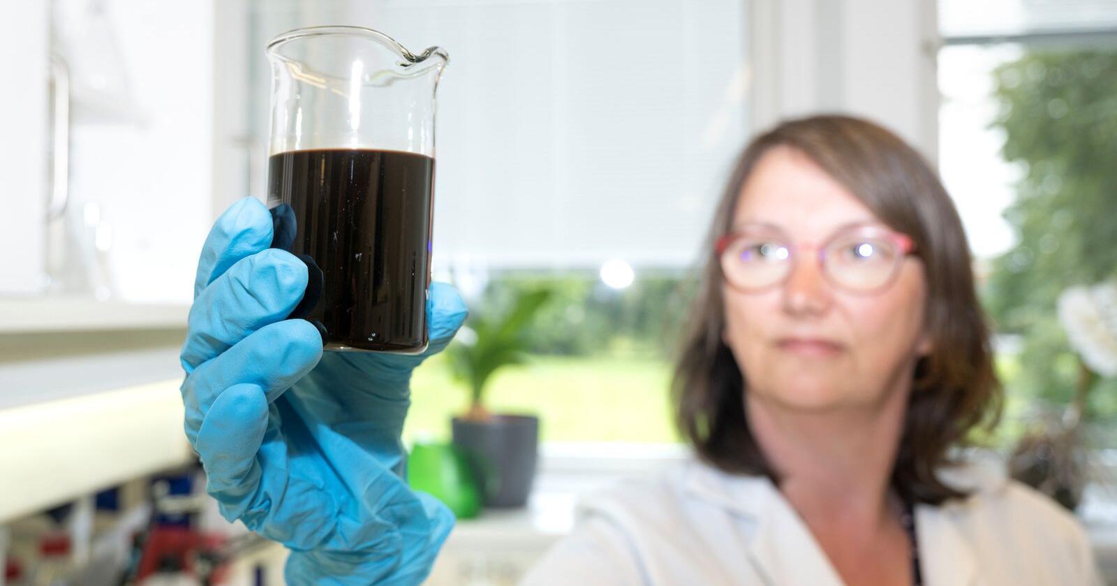 GJØDSEL: Marit Almvik i NIBIO viser fram organisk gjødsel med høyt innhold av klopyralid. Foto: Erling Fløistad, NIBIO
