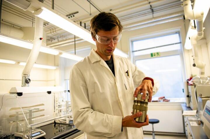 Ola Gjønnes Grendal bruker en metode som fungerer som en trykkoker for å kunne lage materiale som kan bli til kunstige bier. Foto: Karoline Ravndal Lorentzen