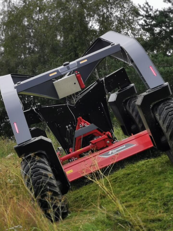 TYNGDEPUNKT: Beitepussere og alle andre redskaper henger mellom hjulene, noe som gir en helt annen vektfordeling enn på en traktor. Foto: Autoagri