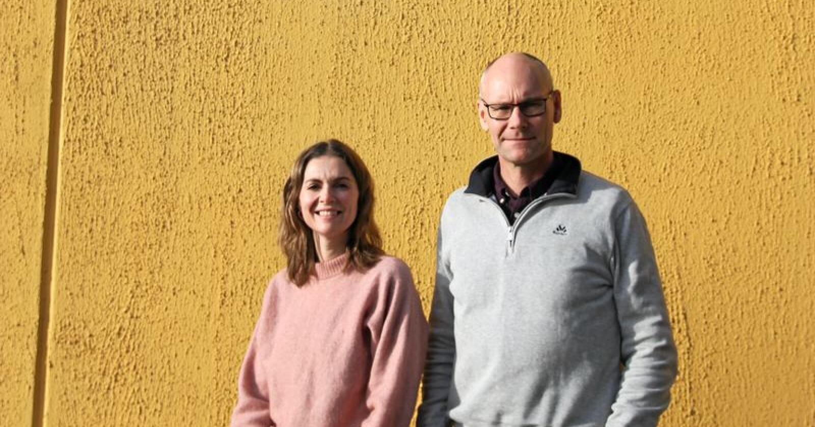 Camilla Larsen (til venstre) og Jarle Bergsjø i Norges Birøkterlag er glad for muligheten til å forske på varroamidd hos bier. Foto: Hanna Taugbøl