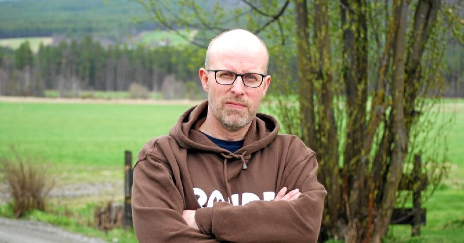 Rovviltansvarlig i Norges Bondelag, Erling Aas-Eng, mener tingrettsdommen vil gjøre det vanskeligere å regulere rovdyrbestanden ned mot bestandsmålet. Foto: Guro Breck
