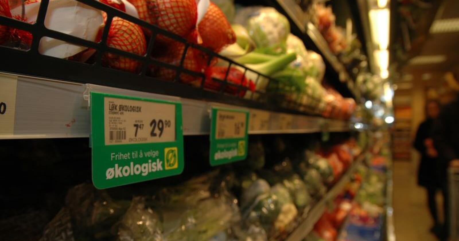 Danmark har ambisiøse planer for videre økovekst. I Norge er de politiske ambisjonene senket. Bildet viser økologisk frukt og grønt i norsk butikk. (Arkivfoto)