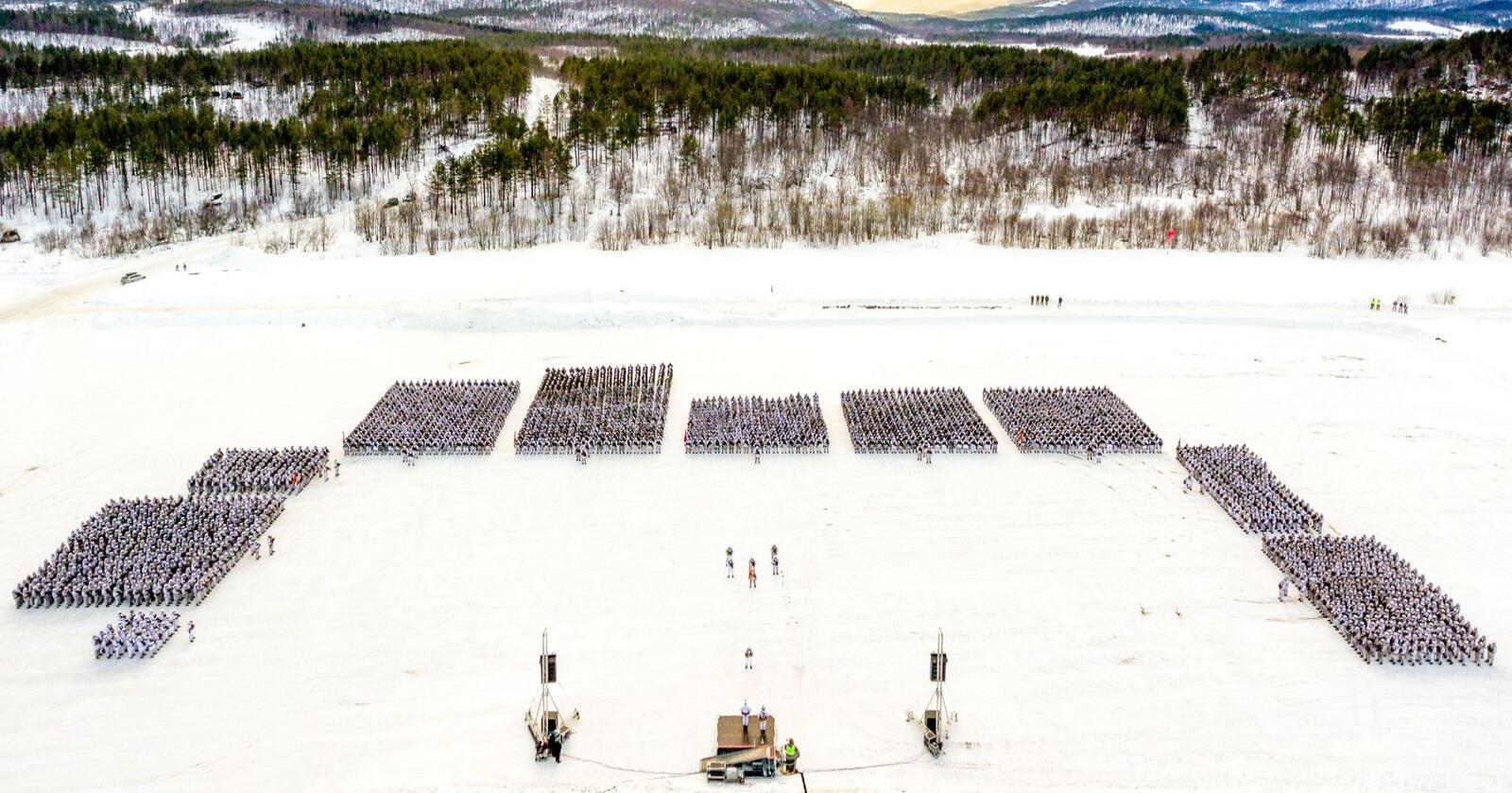 Disse 3.000 soldatene fra Brigade Nord, oppstilt på Artillerisletta ved Setermoen leir i anledning vinterøvelsen Joint Reindeer i 2018, er største delen av mannskapet Hæren har tilgjengelig for å komme Finnmark til unnsettning i tilfelle krig. Foto: Ole-Sverre Haugli / Forsvaret