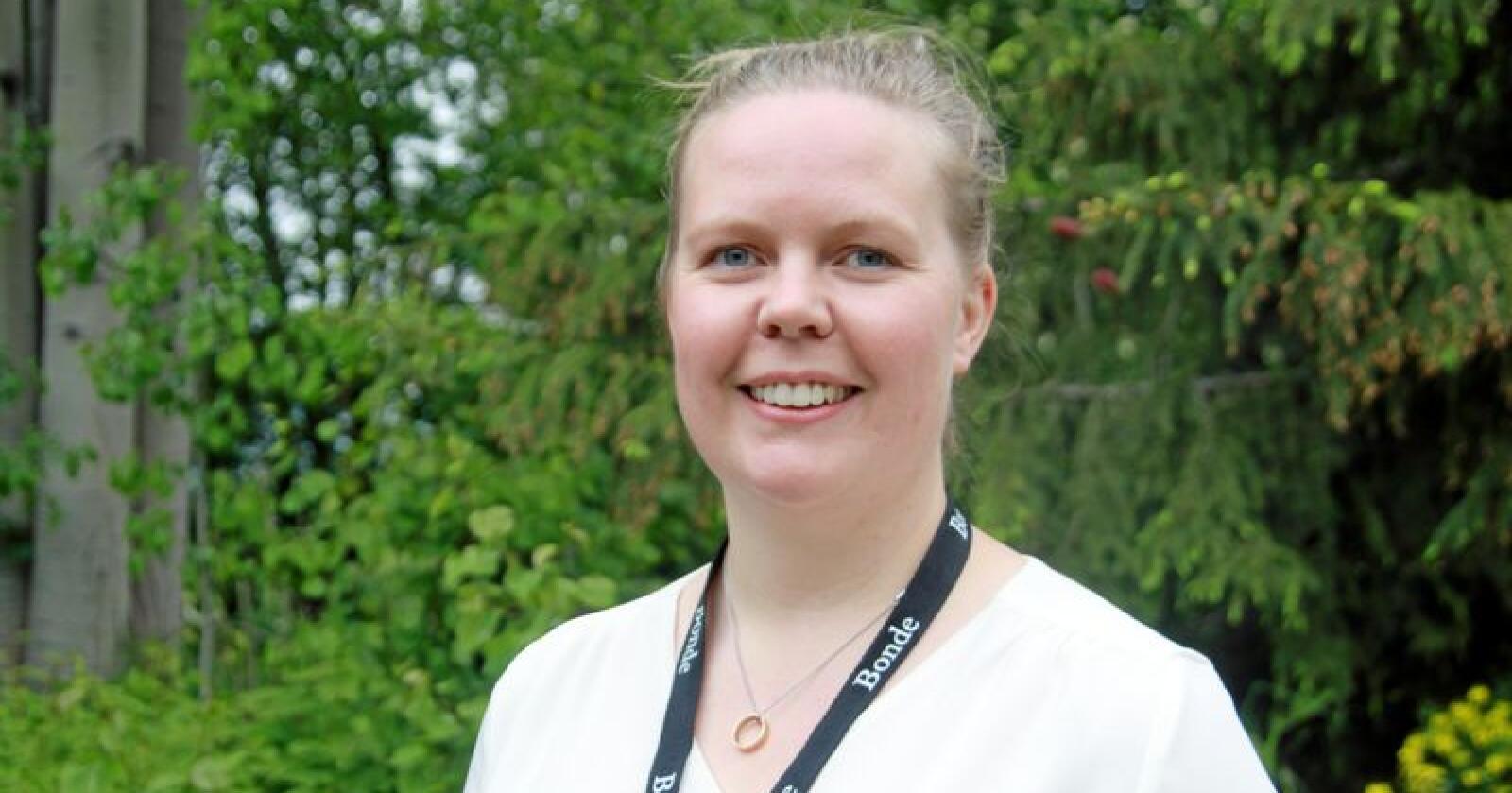 Hilde Kjersem Kolberg gikk fra fast jobb og inn for fullt i samdrift med mann og foreldre i april. Hun ønsker at overgangen til forelder og bonde skal bli enklere. Foto: Svein Egil Hatlevik