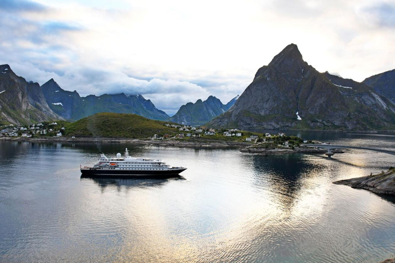 "Superyatchen ""Sea Dream I"" ankommer Reine i Lofoten sommeren 2020. Illustrasjonsfoto: Rune Stoltz Bertinussen/NTB/NPK"