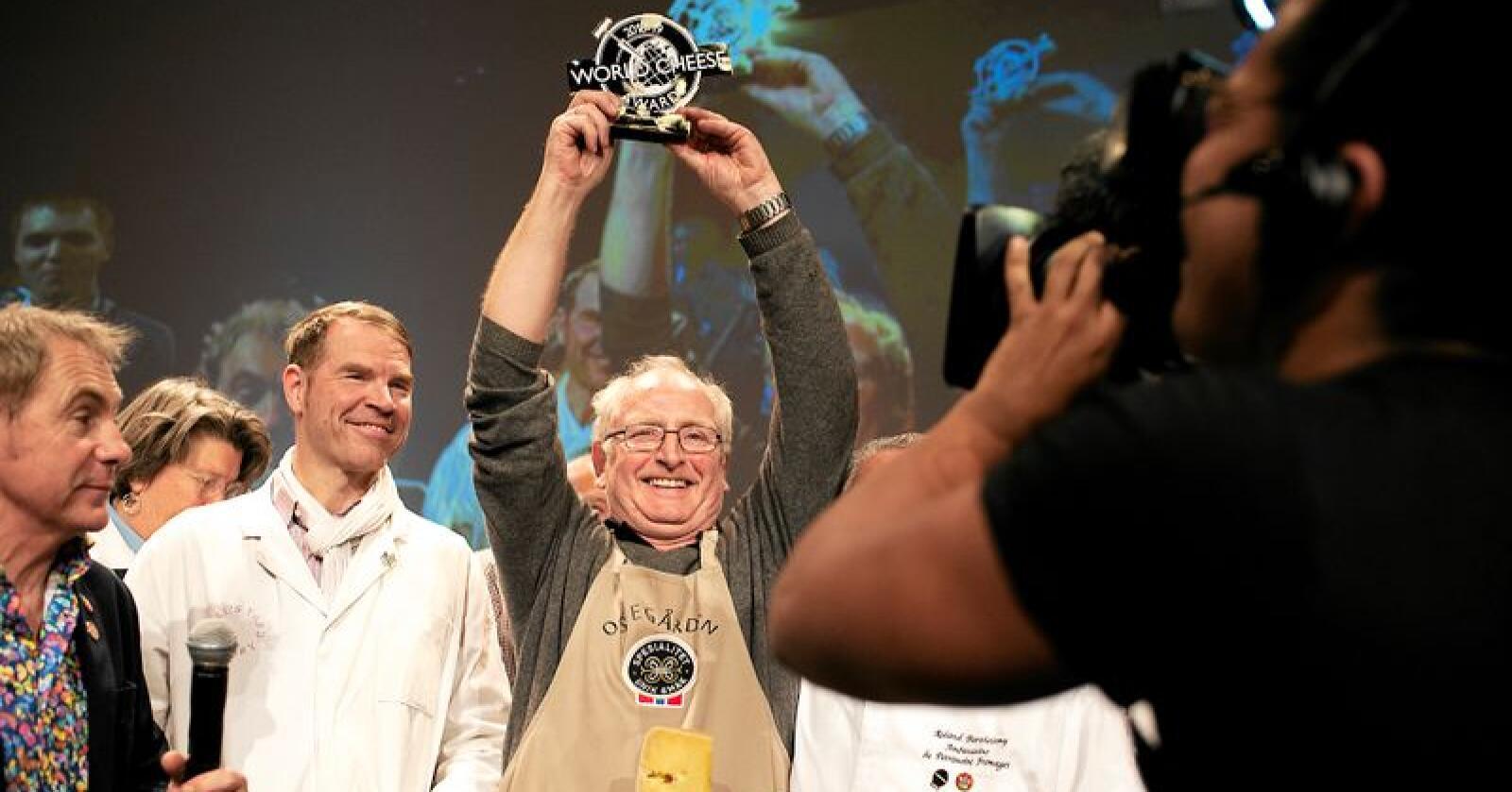 Fanaost og Ostegården gikk av med seieren i fjor. Hva som blir verdens beste ost i år, blir avgjort i helga. Foto: Odd Mehus / Hanen