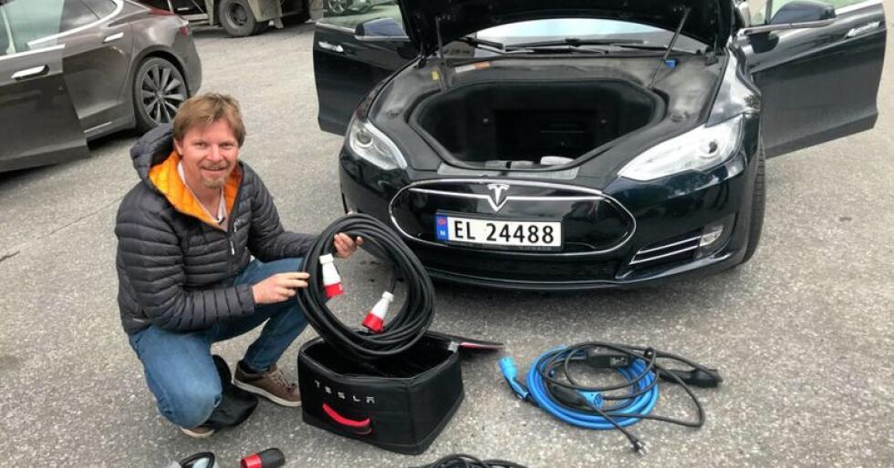 Lynladejubel i nord: Tesla-eier Finn Helge Lunde i Finnmark jubler over at det kommer lynladere i fylket. –Da blir det mye lettere å dra på langturer ut fra Kirkenes hvor jeg bor, sier han. Foto: Privat