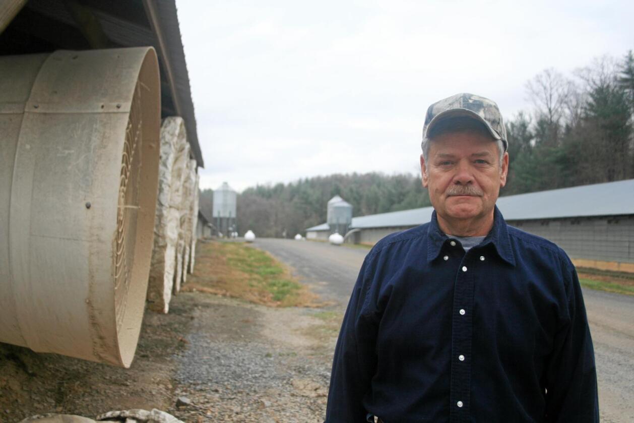 Kritisk: Kyllingbonde Mike Weaver leverer rundt 600.000 kyllinger i året fra gården i delstaten West Virginia til kyllingslakteriet han jobber for. Det holder ikke til stabil økonomi, mener han. Bildet ble først trykket i Modern Farmer. Foto: Andrew K. Jenner / Modern Farmer