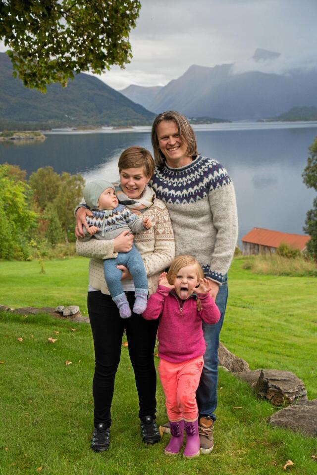 Matglede: Levi, Lene, Øyvind og Helle Havåg levde på norsk mat et helt år. Det ble et år med mye slit og mye glede. Foto: Siv-Elin Nærø