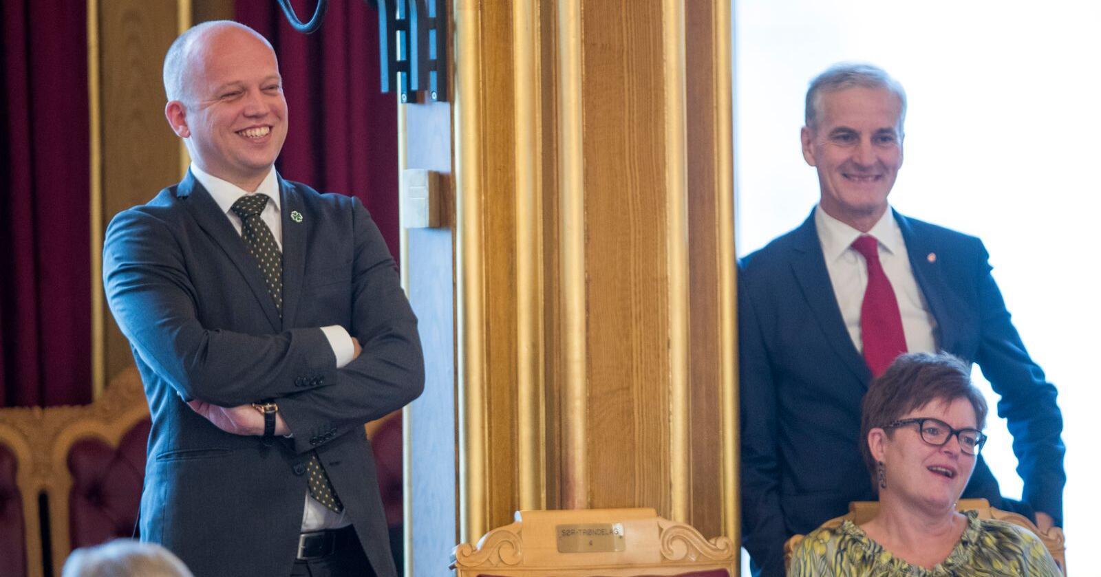 Senterpartiets leder Trygve Slagsvold Vedum (t.v.) og hans kollega Jonas Gahr Støre i Arbeiderpartiet (t.h.) har til sammen 82 mandater på Stortinget på et gjennomsnitt av de nasjonale målingene i november. Foran er Sps Heidi Greni. Foto: Terje Pedersen / NTB scanpix
