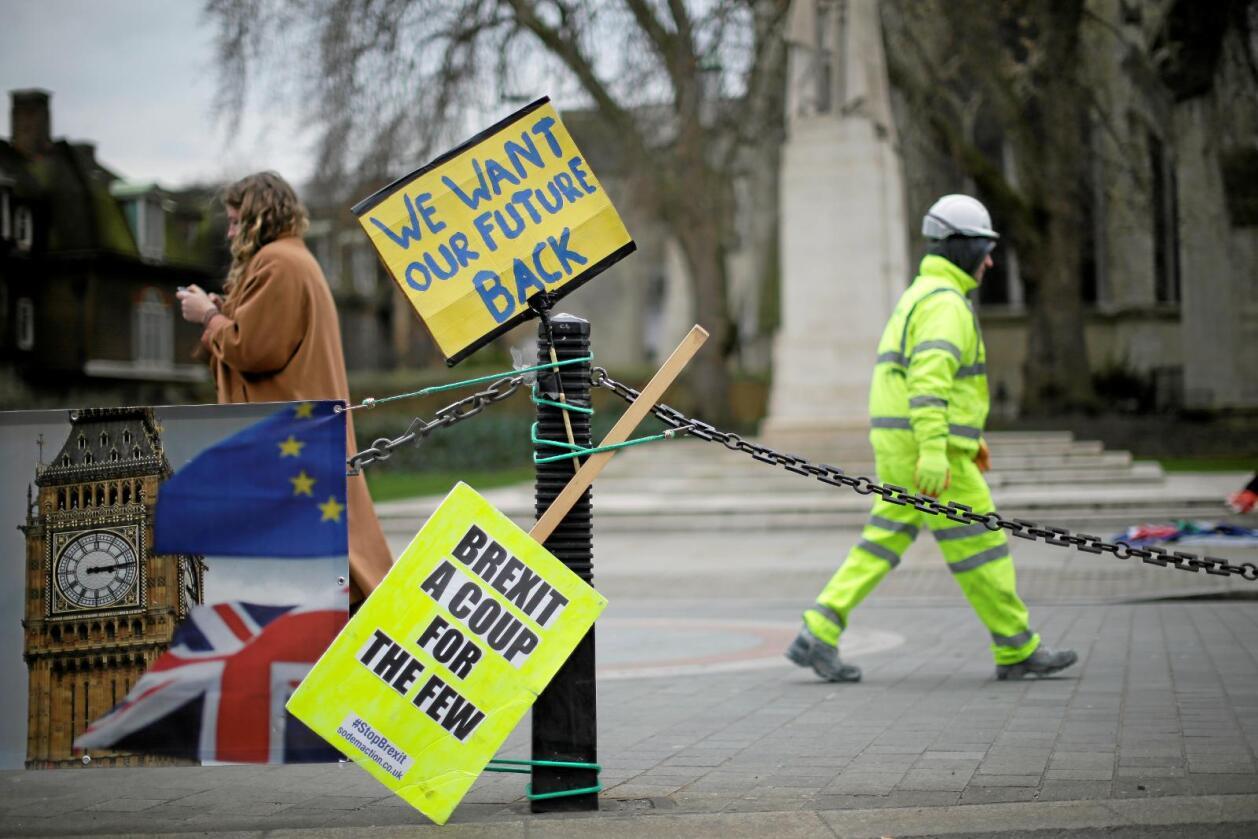 Vil snu: «Et brexit-kupp for de få» står det på en av plakatene til demonstranter som vil stoppe brexit. De hevder brexit ser ut til å kunne bli en forverring av kårene for vanlige folk, mens Storbritannias rikeste vil tjene på det. Foto: Tim Ireland / Reuters / NTB Scanpix