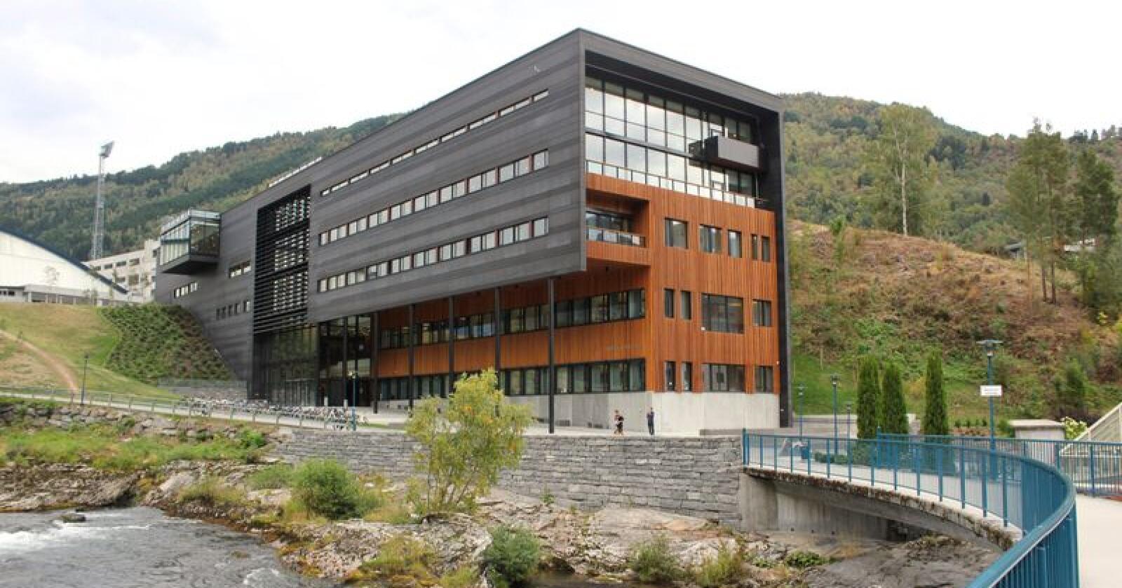 Hovudbygget til Høgskulen på Vestlandet i Sogndal. Foto: Harald Groven / HiSF