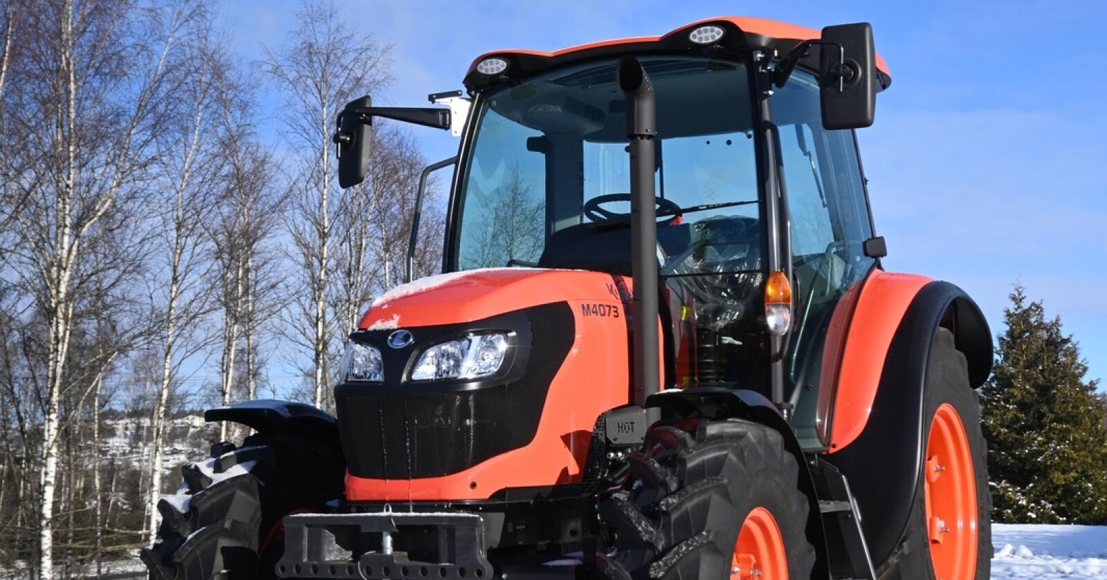 Endringer: Kubota M4073 bygger videre på den utgående M4072. Ny avgassgodkjenning, nye arbeidslys og nye muligheter innen presisjonsjordbruk er noen av nyhetene.