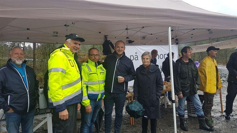 – Det er en gledens dag, sier daglig leder Ørjan Mikal Kalsaas. Her med landbruksminister Jon Georg Dale. Foto: Privat.
