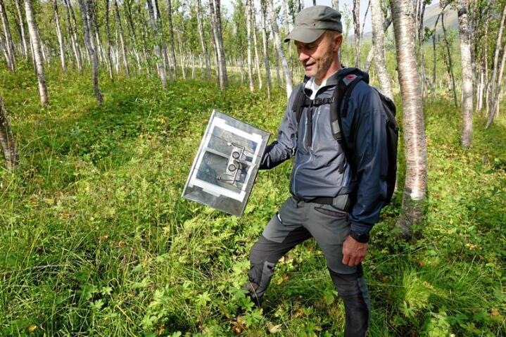 Finn-Arne Haugen i feltarbeid med utstyr for kartlegging av vegetasjon. Foto: Jon Schärer