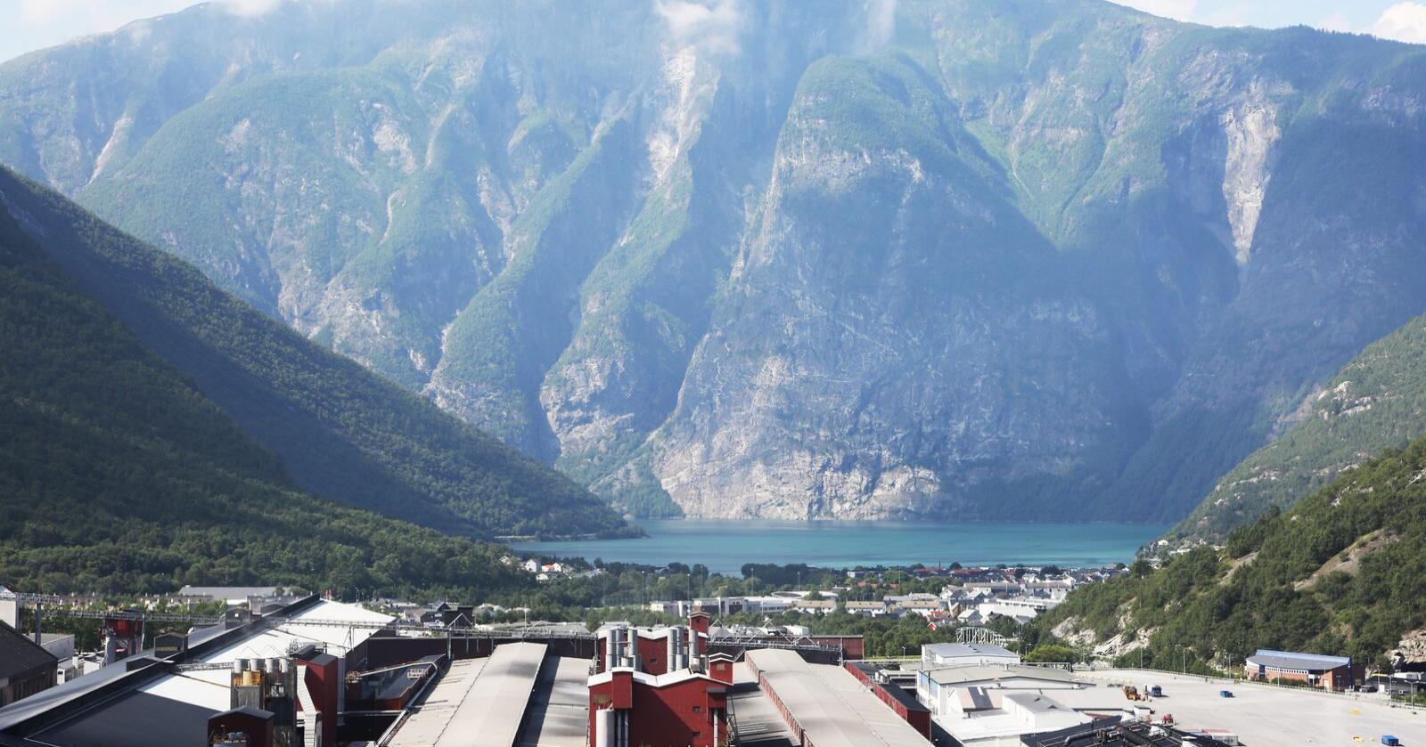 Industribygda og kraftkommunen Årdal har en av de dyreste nettleiene i Norge. Her er Hydro Aluminium i Øvre Årdal. Foto: Erik Johansen / NTB / NPK