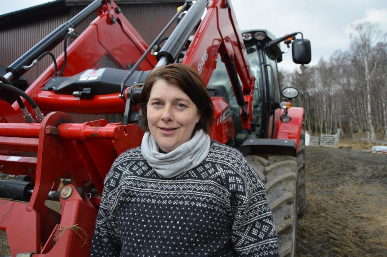 Jorid Belle-Thysell er gravid i sjuende måned, og fortsatt aktiv på arbeidet i gården. Men hun tar sine forholdsregler. Foto: Anders Belle-Thysell