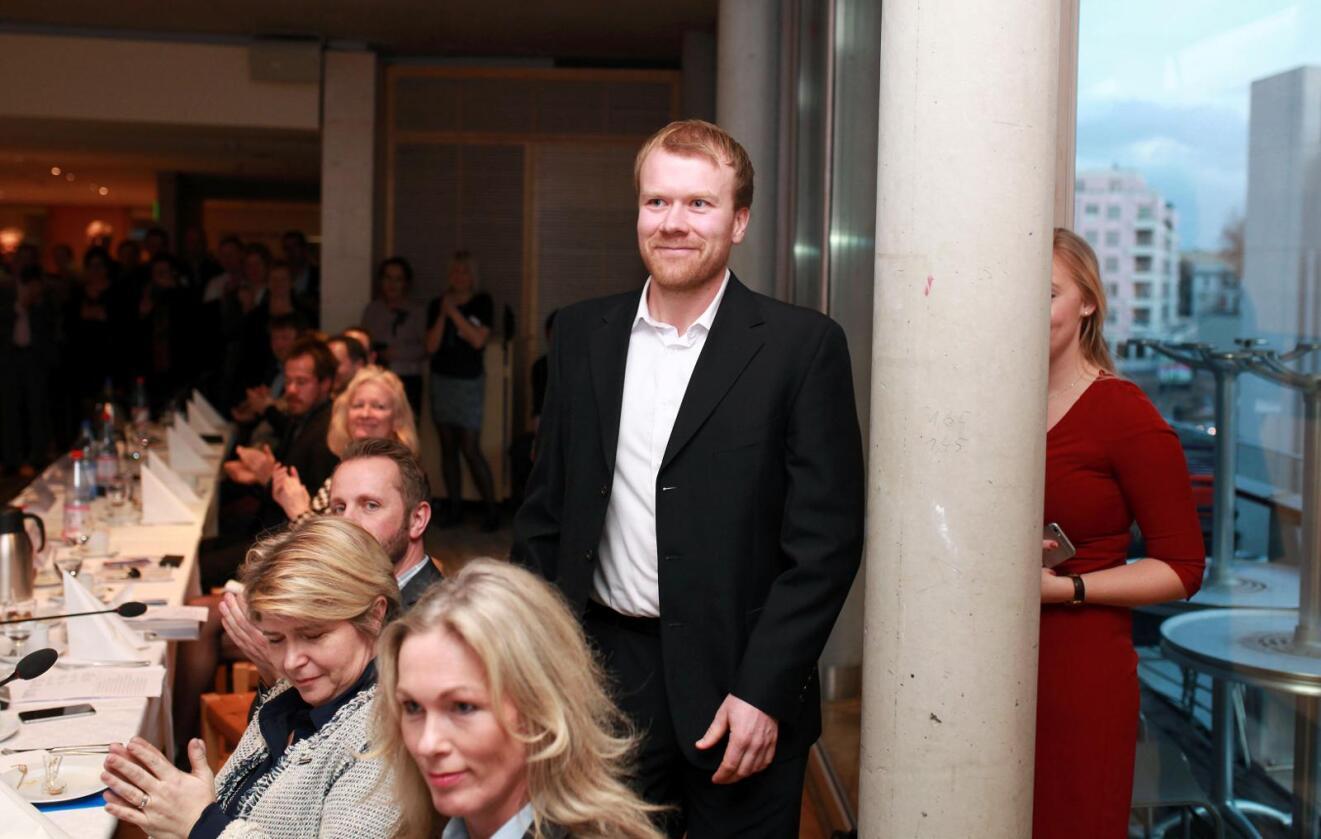 Vinner: Tor Oxhovd Svalesen ble klappet fram for å motta Bygdeutviklingsprisen 2015. (Foto: Vidar Alfarnes)