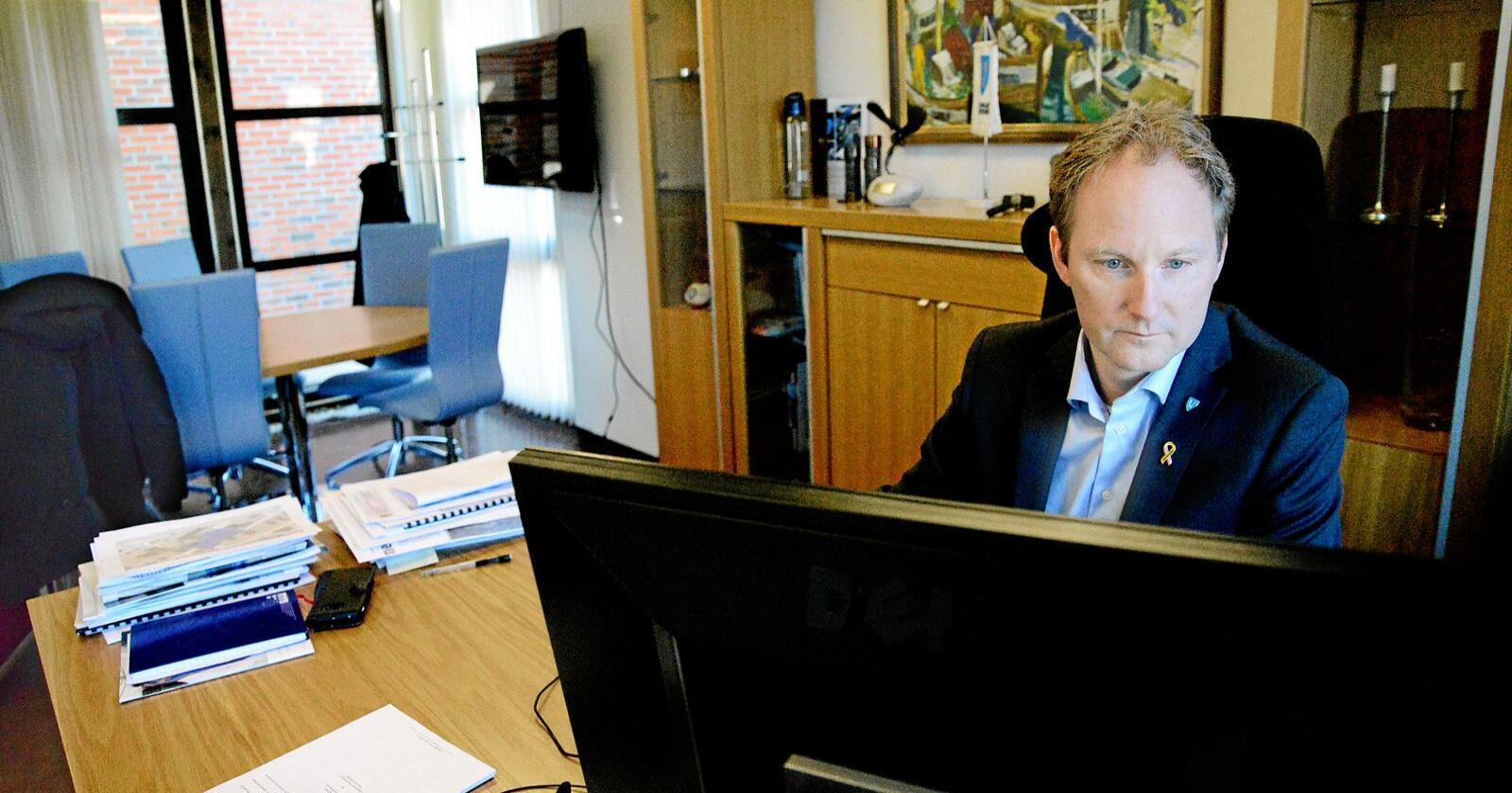 Remi Solberg ( Ap), ordfører i Vestvågøy, er ikke særlig fornøyd med det som kommer av økte midler til kommunene i revidert budsjett. Foto: Siri Juell Rasmussen
