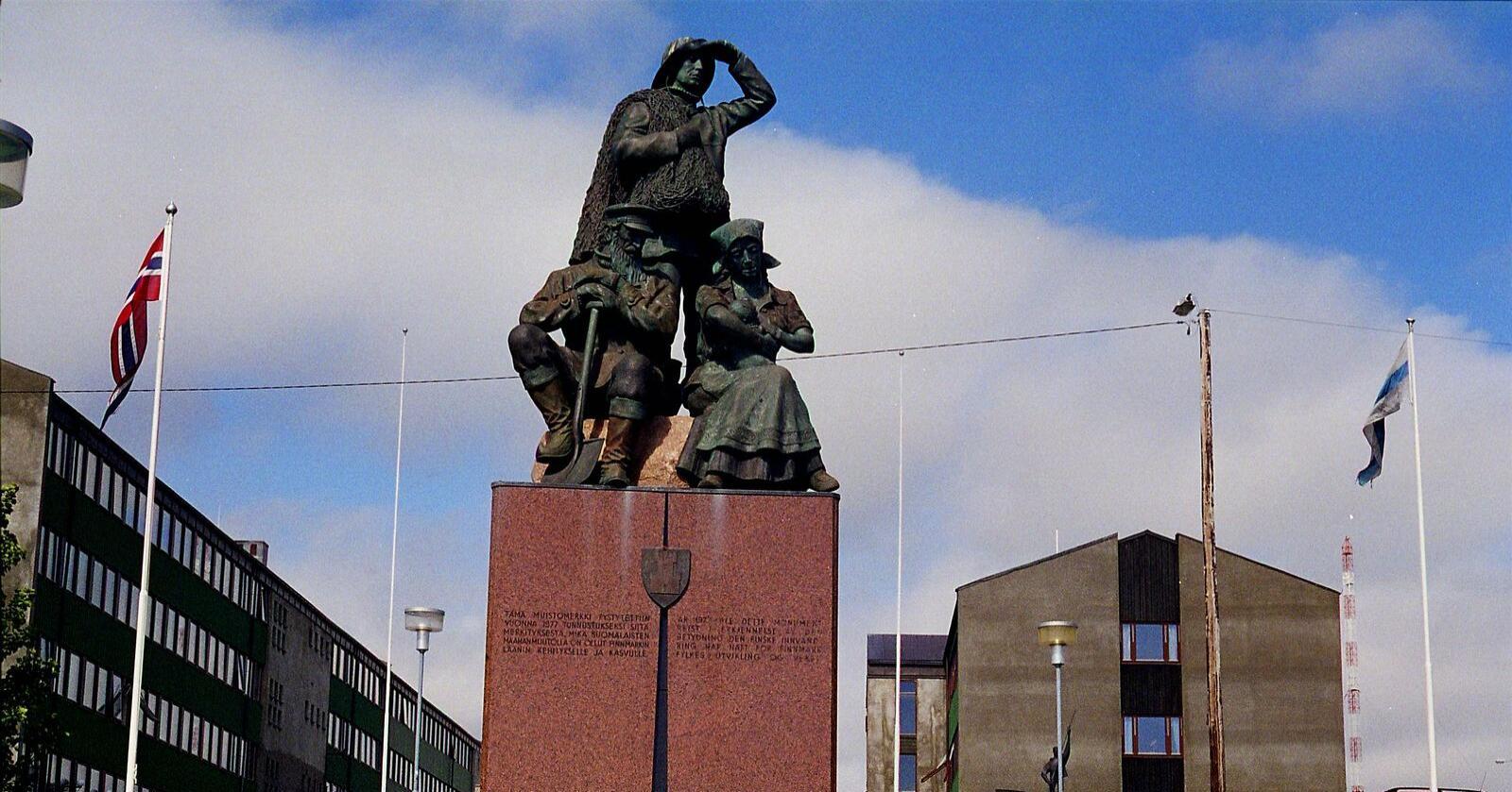 Sentralt i Vadsø står innvandrermonumentet som ble reist i 1977 til minne om den betydelige kvenske innvandringen til Finnmark på 1800-tallet.  Dette har gitt Vadsø tilnavnet kvenenes hovedstad. Under dagens regjering har 570 innbyggere flyttet fra kommunen. Foto: Berit Keilen/NTB scanpix