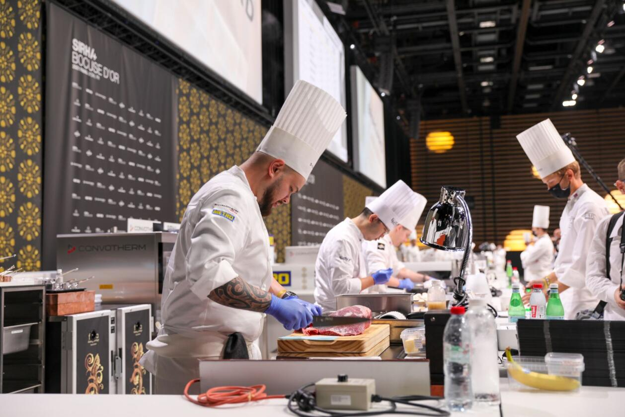 Christian André Pettersen i aksjon under Bocuse d'or i Lyon søndag. Foto: Norsk gastronomi / NTB