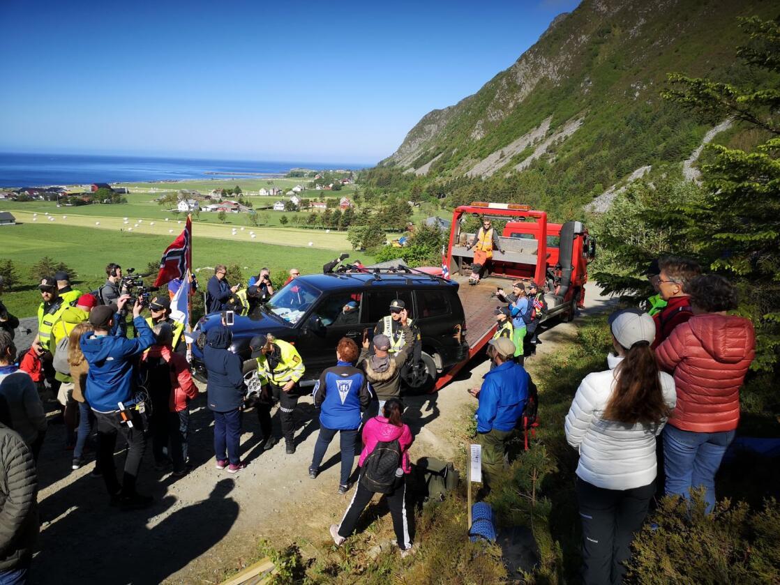 Motstandere av det planlagte vindkraftanlegget på Haramsøya har de siste ukene blokkert veien opp til Haramsfjellet med en bil, for å hindre transport av utstyr til anlegget.Foto: Hilde Beate Ellingsæter / Norde / NTB scanpix