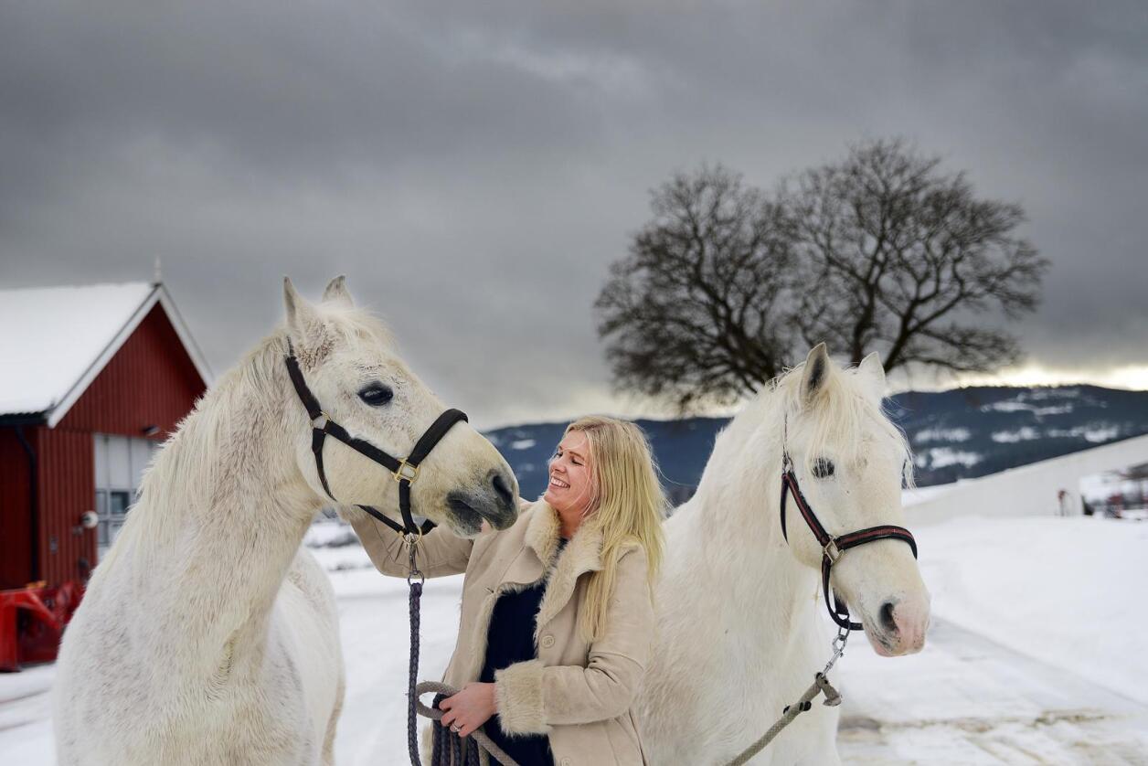 Vinterfoto: Live Svalastog Skinnes skriv gjerne om hardt arbeid på ein gard, men legg ikkje skjul på at det har sine svært hyggelege sider, som luftetur med hestane.