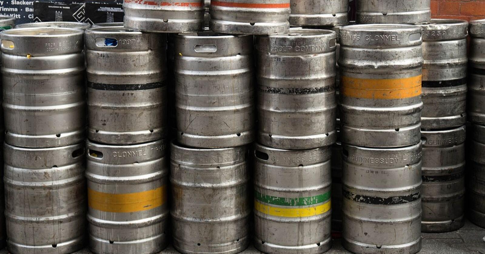 GJØDSEL: Øl som går ut på dato skal resirkuleres og bli gjødsel. Foto: Pixabay