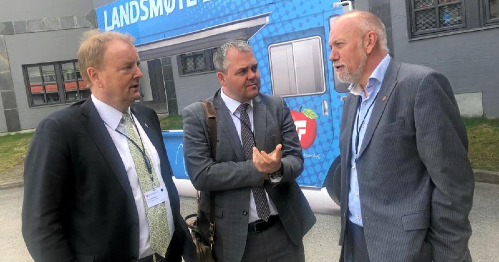 Terje Halleland og Roy Steffensen fra Rogaland Frp ber næringspolitiker Morten Ørsal Johansen (Frp, t.h.) sørge for omkamp om pelserstatning, ved at det settes ned et utvalg som kan gi bedre erstatninger.