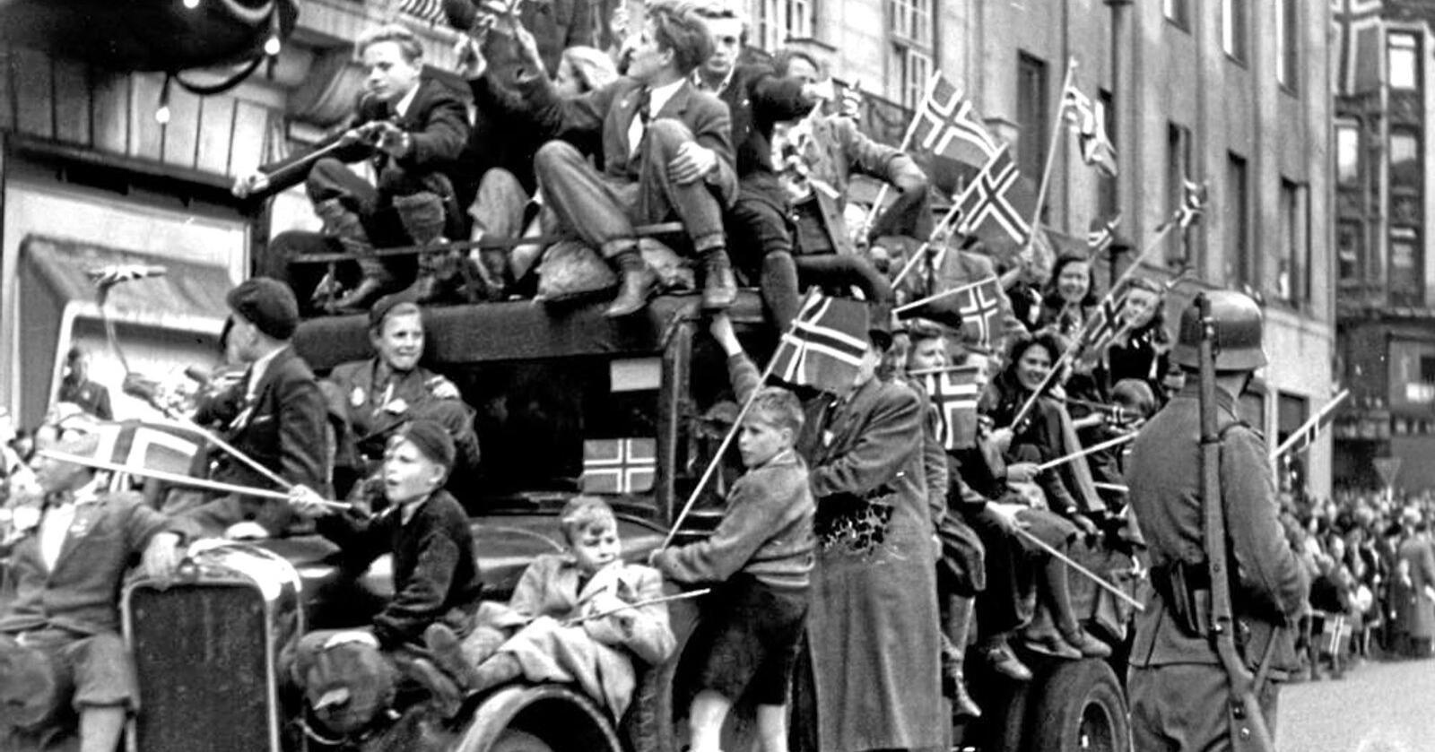 Glede: En lastebil full av jublende mennesker på Karl Johans gate 8. mai 1945. Foto: Ingvald Møllerstad, NTB