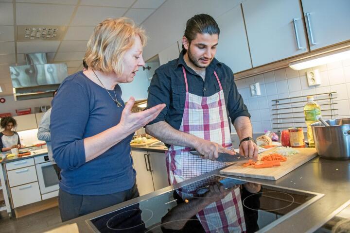Viktig lærdom: Karin Hovde i stiftelsen KUN sier mange flyktninger trenger veiledning i hvordan de lager sunn, god og norsk mat som ikke koster mye penger. Her står hun sammen med Abdulrahman Aimelli. Alle foto: Håvard Zeiner
