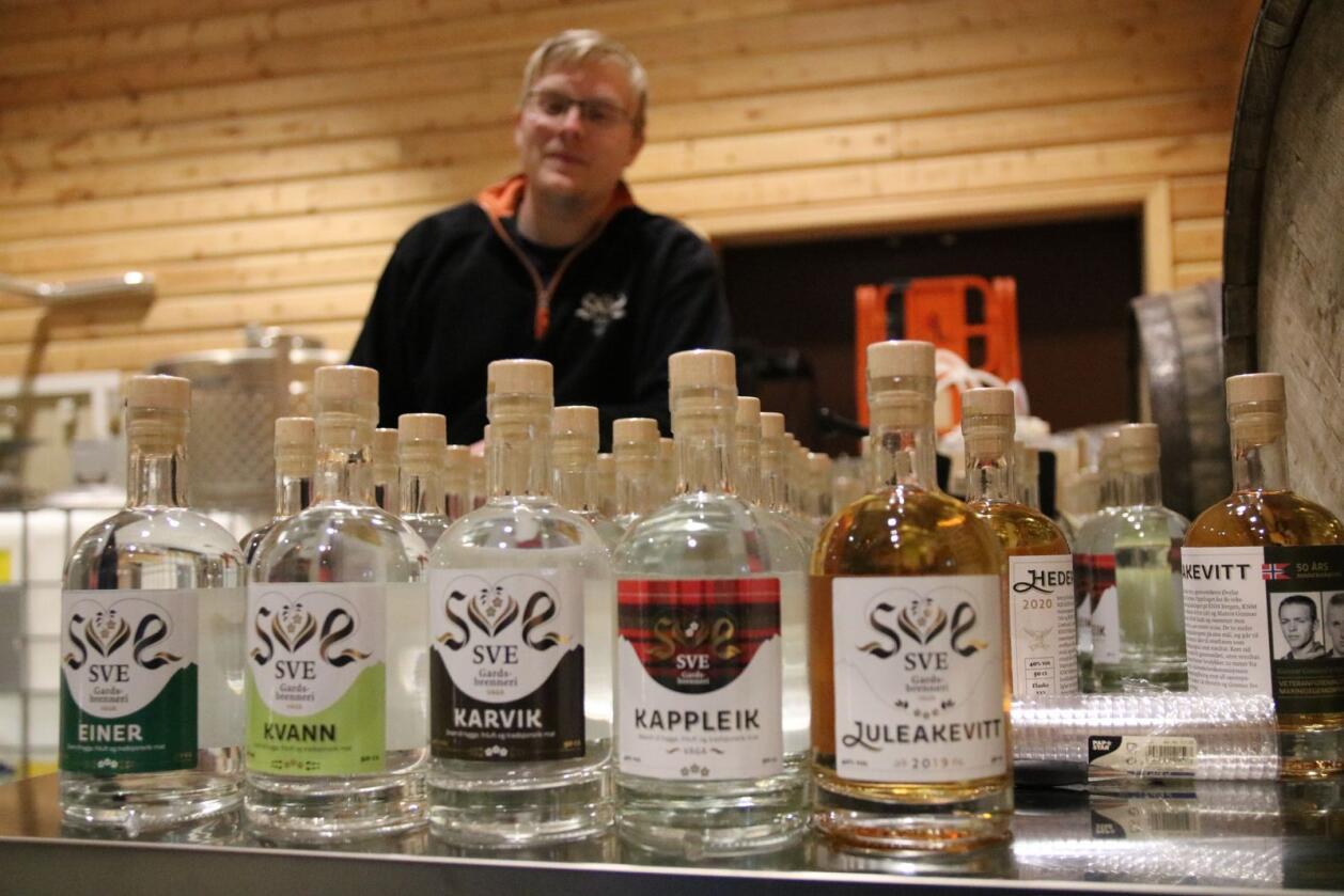 Sve Gardsbrenneri har fem produkter: Einer, Kvann, Karvik, Kappleik og Juleakevitt. I bakgrunnen står Erik. Foto: Knut Houge