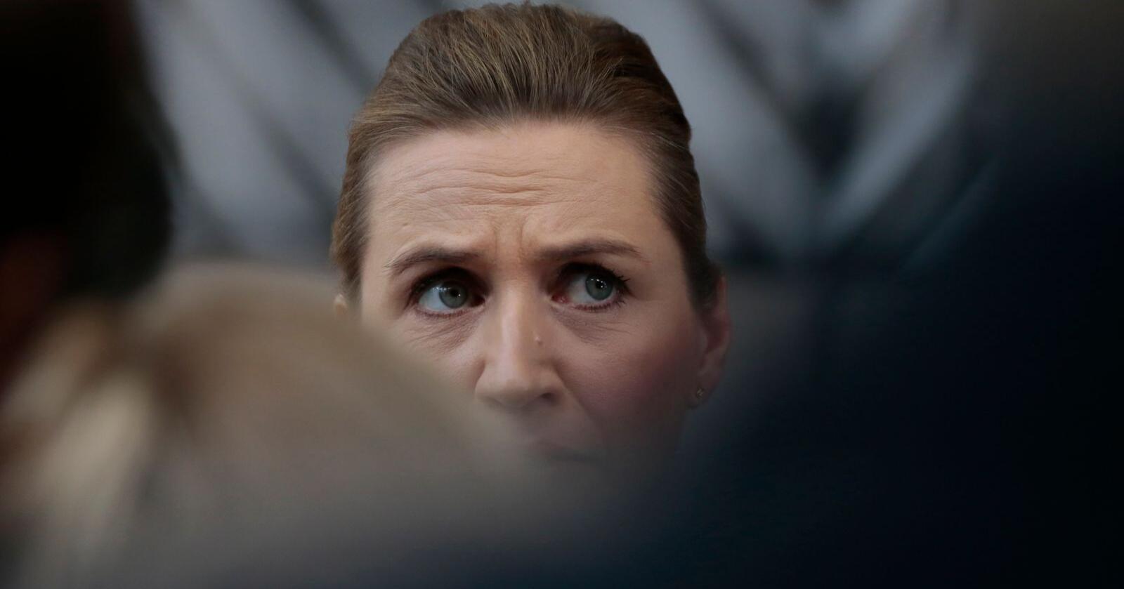 Danmarks statsminister Mette Frederiksen (S) snakket med pressekorpset før dag to av EUs budsjettoppmøte fredag. Foto: Virginia Mayo / AP / NTB scanpix