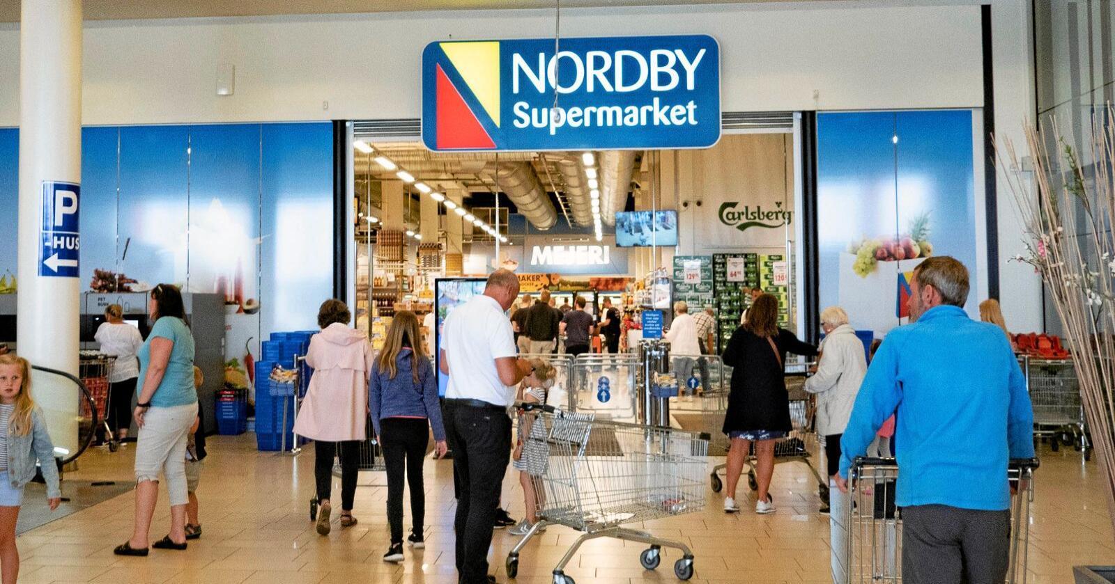 Nordmenn handler stadig mer i Sverige. Innen de neste ti årene kan grensehandelen ha doblet seg, fra 17,6 milliarder kroner i fjor til 30 milliarder i 2030. Her fra Nordby Supermarket i Sverige. Illustrasjonsfoto: Geir Olsen / NTB scanpix