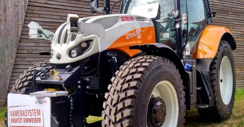 Det pansermonterte kamerasystemet, Steyr Q-KSM gir sjåføren oversikt over redskaper montert i traktorens fronthydraulikk (foto: CNH industrial)