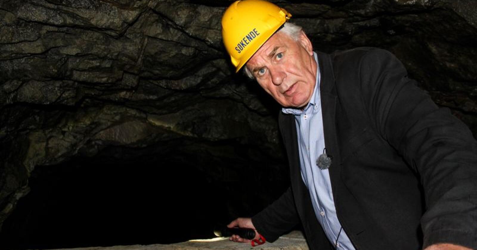 Varaordfører Bård Espelid var på befaring etter at høydebassenget på Øvre Kleppe var tømt for vann. Foto: Jørgen Eide / NTB scanpix