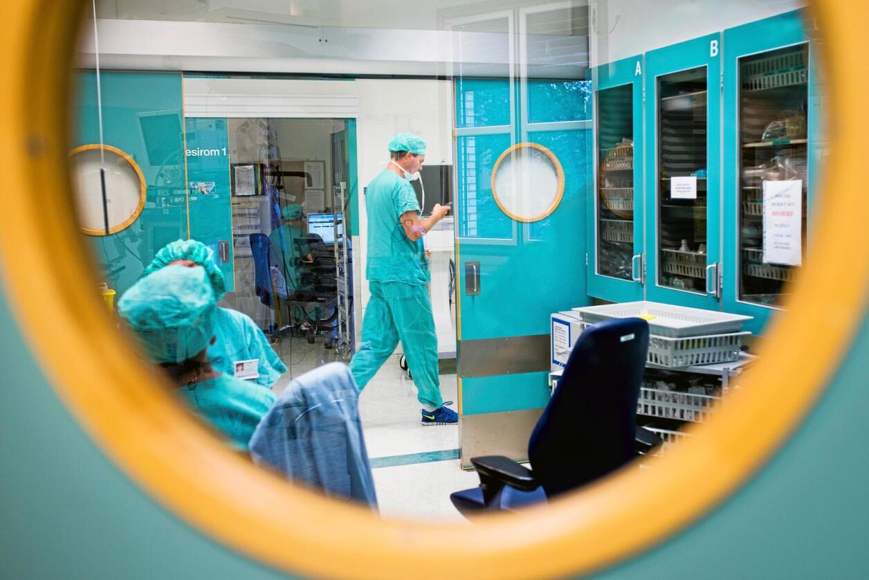 Stortinget har uttalt en sterk intensjon om å sikre nok kirurger som kan gå vakt ved mindre sykehus. Foto: Skjalg Bøhmer Vold