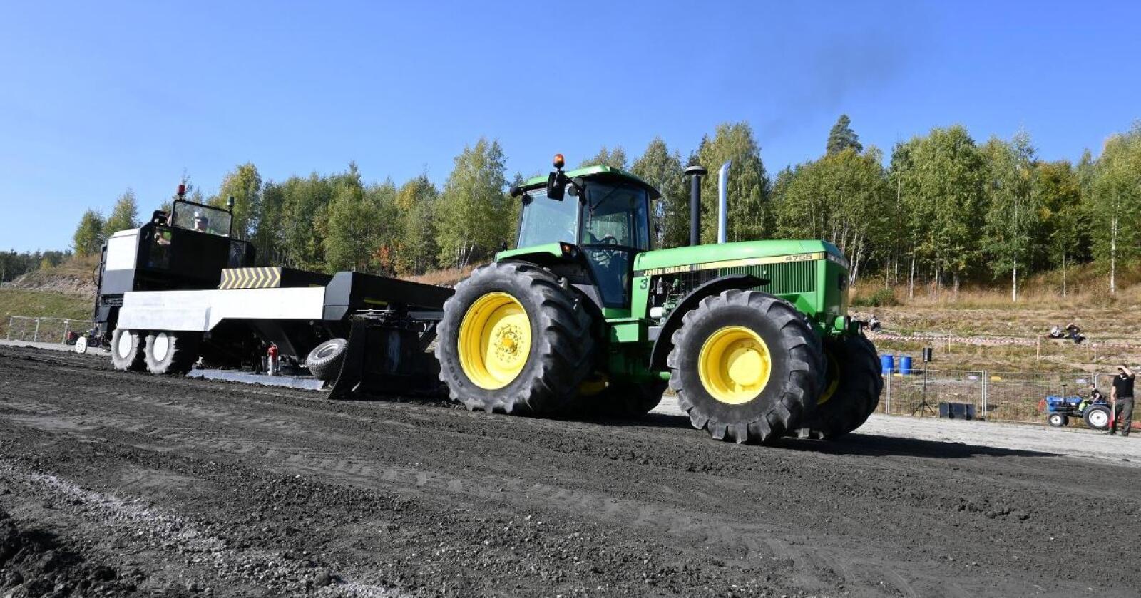 Klart: Hedmark Tractorpulling inviterer til stevne i Byhagan i Brumunddal. Bildet er fra fjorårets stevne, der blant annet Trond Grini (avbildet) måtte kjøre nesten uten tilskuere.