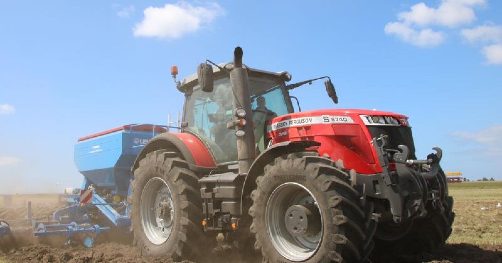 Massey Ferguson har med seg åtte ulike traktorserier som kan beskues og prøvekjøres under besøket i Norge, 21-30 august. (Foto: Lars Raaen)