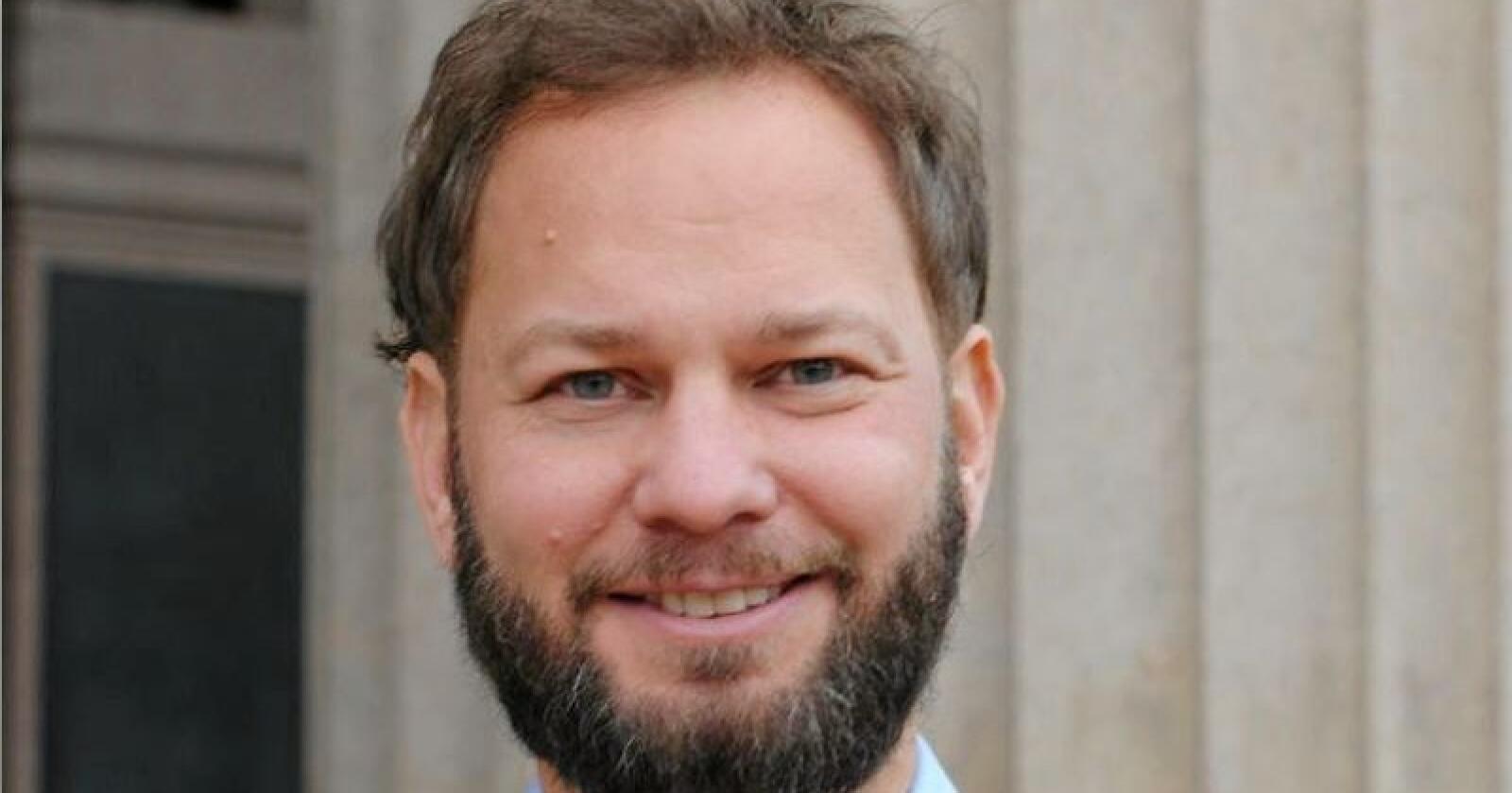 Henrik Bjørnebye, er professor i juss ved Universitetet i Oslo. Han seier Noreg kan velje å ta inn reglane frå EUs tredje energimarknadspakke utan at reglane blir del av EØS-avtalen.