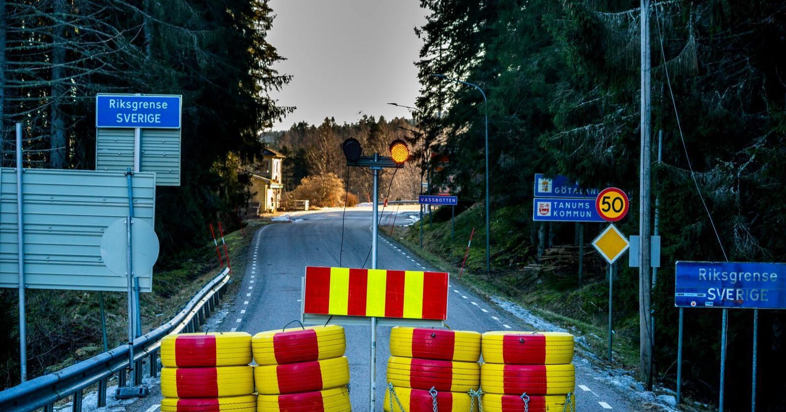Riksvei 22 er stengt ved svenskegrensen. Det er satt opp en sperring midt i veien som ikke skal være mulig å komme seg rundt for kjøretøy. Foto: Torstein Bøe / NTB